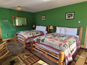 A bed or beds in a room at Yellowstone Basin Inn
