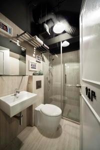 A bathroom at The Pod @ Beach Road Boutique Capsule Hotel (SG Clean)