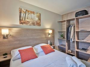 A bed or beds in a room at Holiday Suites Houthalen-Helchteren