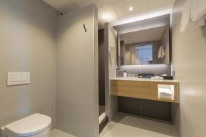 A bathroom at Postillion Hotel & Convention Centre WTC Rotterdam - Newly opened