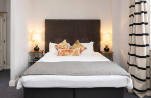 A bed or beds in a room at Tulse Hill Hotel