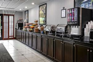 A restaurant or other place to eat at Wingate by Wyndham Savannah Airport