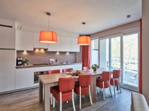A kitchen or kitchenette at Holiday Suites Houthalen-Helchteren