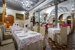 Ein Restaurant oder anderes Speiselokal in der Unterkunft Hotel Convento La Gloria