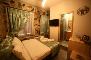A bed or beds in a room at Little Ganj Süites