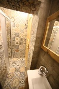 A bathroom at Little Ganj Süites