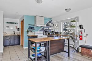 A kitchen or kitchenette at Samesun Banff
