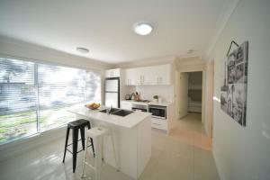 A kitchen or kitchenette at Craig's Place, 2br Short Term Accommodation - Western Sydney Area