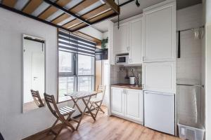 Кухня или мини-кухня в Апартаменты на улице Саморы Машела, 2А-1