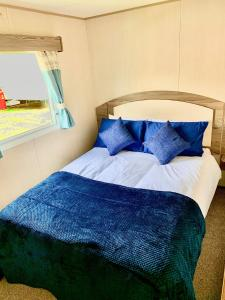 A bed or beds in a room at 3 Bed 8 Berth Caravan at Lakeside Thorpe Park