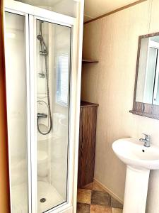 A bathroom at 3 Bed 8 Berth Caravan at Lakeside Thorpe Park