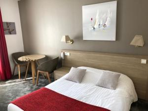 A bed or beds in a room at La Mascotte