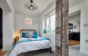 A bed or beds in a room at Coppergate Mews Apartment 2
