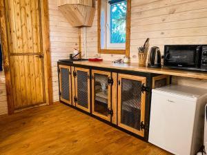 Кухня или мини-кухня в База Отдыха Бабин Двор