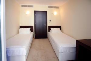 Een bed of bedden in een kamer bij Sunset Resort