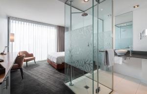 Ein Badezimmer in der Unterkunft DoubleTree by Hilton Frankfurt Niederrad
