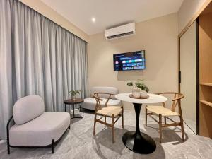 A seating area at Harper Suite at Sutera Avenue