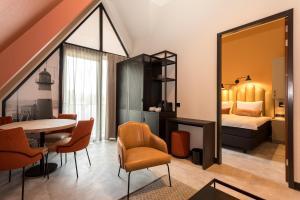 Ein Sitzbereich in der Unterkunft Hotel Zeeuws Licht I Kloeg Collection