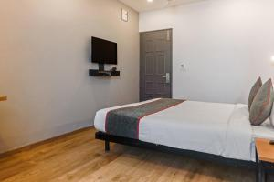 A bed or beds in a room at Vaccinated Staff- OYO Townhouse 76768 The Bluebay ECR