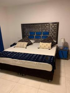 Een bed of bedden in een kamer bij Royal Saly