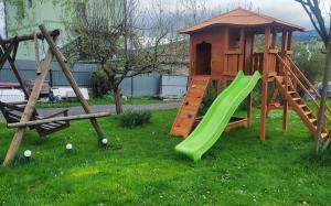 Plac zabaw dla dzieci w obiekcie Apartament KARINA