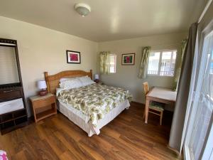A bed or beds in a room at Mokulē'ia Beach Houses at Owen's Retreat