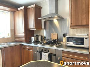 A kitchen or kitchenette at SHORTMOVE - Contractors, 3 bed, Kitchen, Wifi, Garden