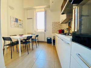 A kitchen or kitchenette at Liolà B&B