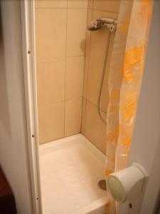 A bathroom at Studette-Bonbonnière