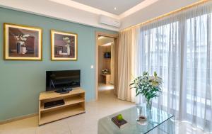 Телевизор и/или развлекательный центр в Leonidas Hotel & Apartments