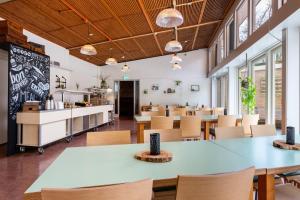 Een restaurant of ander eetgelegenheid bij Stayokay Apeldoorn