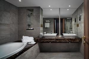 Um banheiro em The Savoy Hotel