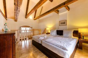 A bed or beds in a room at Schloss Purschenstein