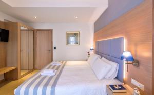 Кровать или кровати в номере Leonidas Hotel & Apartments