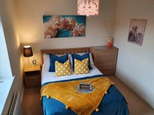 A bed or beds in a room at Caspian House (4 Bedrooms)