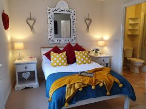 A bed or beds in a room at Ladysmith Complex - 8 Bedrooms