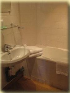 Salle de bains dans l'établissement Hotel La Petite Auberge