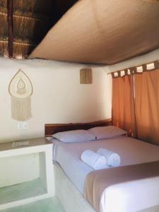Una cama o camas en una habitación de Hotel & Cabañas Zazil Kin Tulum