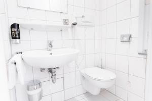 A bathroom at Hotel Hansa