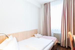 A bed or beds in a room at Hotel Hansa