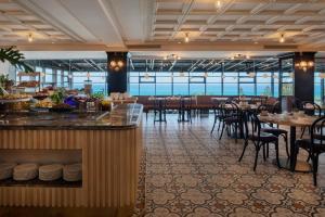 מסעדה או מקום אחר לאכול בו ב-מלון רמדה חדרה