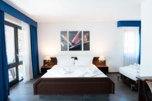 A bed or beds in a room at Hotel Astoria am Urachplatz