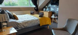 A bed or beds in a room at Ashburton House - B&B