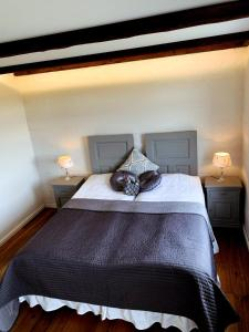 A bed or beds in a room at Grand Guesthouse Gardakot