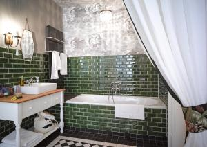 A bathroom at Gorki Apartments