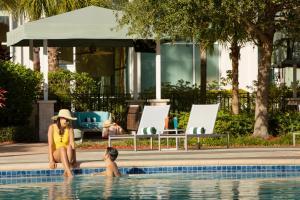 בריכת השחייה שנמצאת ב-Hilton Orlando או באזור