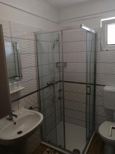 A bathroom at Tünde Apartman
