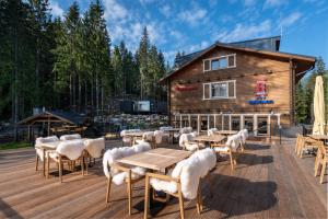 A restaurant or other place to eat at Hotel Björnson Jasná & Björnson TREE HOUSES