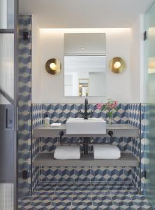 A bathroom at Kimpton De Witt Amsterdam, an IHG Hotel