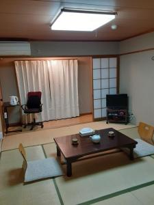 A television and/or entertainment center at 鴨東旅館Ryokan OHTO